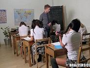 La colegiala más zorra prueba la polla del nuevo profesor