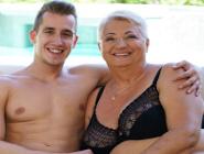 El encargado de la piscina le quita las telarañas a una vieja gordita