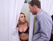 Tienen sexo en los probadores de una tienda de ropa