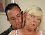Vieja con el coño peludo recibe sexo oral después de muchos años