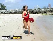 Vigilante de la playa tetona le salva la vida a un negro