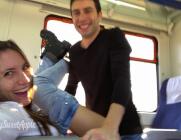 Aprovechan el largo viaje en tren para follar en uno de los vagones