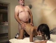 Viejo le mete el dedo en el culo a un joven mientras la penetra