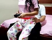 Se folla a su sobrina mientras le enseña a jugar con un videojuego